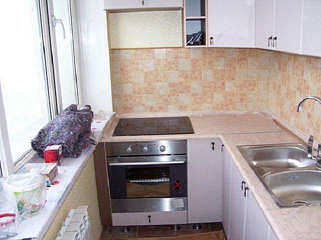 В данном случае практически вся функциональная часть кухни вынесена на длинный балкон