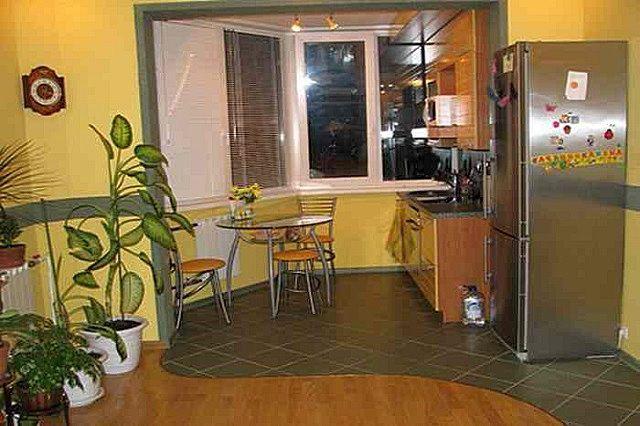 Перегородка между кухней и трапециевидным балконом полностью удалена