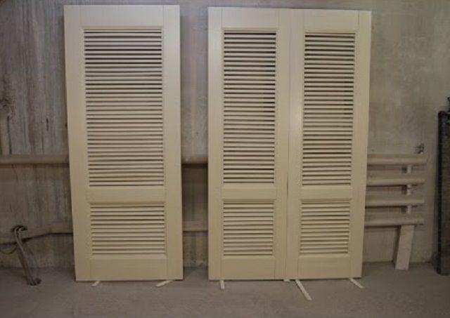Использование для шкафа на балконе дверей-жалюзи дает немало значимых преимуществ