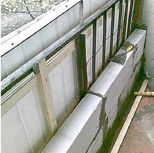 При кладке стенки из пенобетонных блоков старое металлическое ограждение можно даже не демонтировать