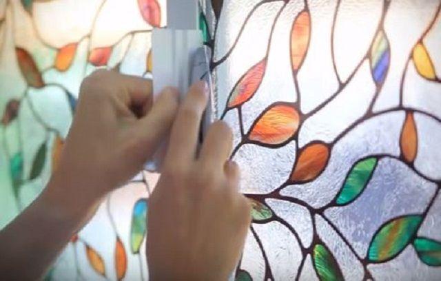 Подрезка излишков плёнки по краю стекла.