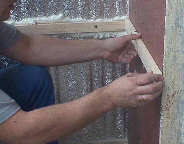 Фольгированный материал дополнительно прижимается брусками обрешетки, по которым впоследствии будет проводиться отделка помещения