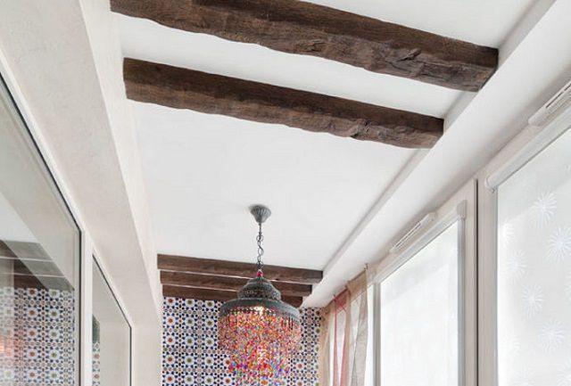 Такая имитация грубых деревянных балок перекрытия – также является отличным дополнением к рассматриваемому стилю