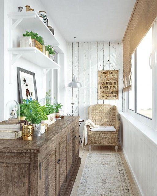 Неплохо будет смотреться стена, обшитая досками, которые можно покрасить, сымитировав обычную «деревенскую» побелку