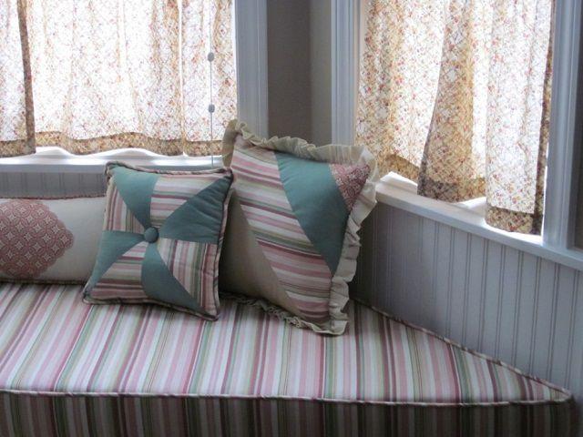 Текстиль, выдержанный в «деревенском» стиле, отлично подчеркивает общее настроение «прованса»