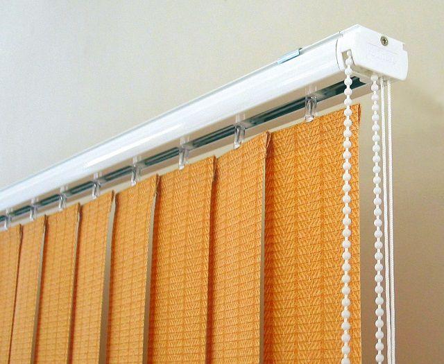 Тканевые вертикальные жалюзи – хорошо сдерживают солнечную «агрессию», но имеют свойство накапливать пыль