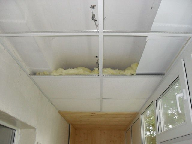 Пример применения потолочной подвесной системы «армстронг» на балконе. Иллюстрацию в качестве образца для подражания рассматривать не следует, так как утепление выполнено, мягко скажем, безалаберно
