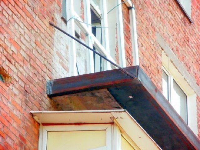 Балконная плита, заключенная в раму из швеллера, усиленная статной пластиной снизу и тяжем