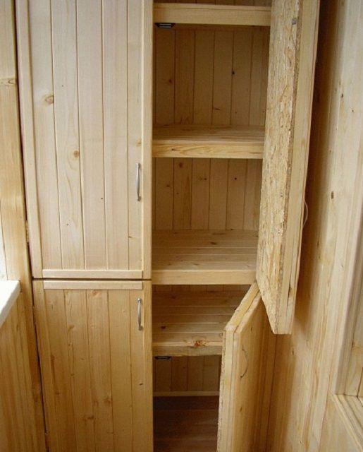 Шкаф из натурального дерева при соответствующей подготовке может прослужить немало даже на открытом балконе