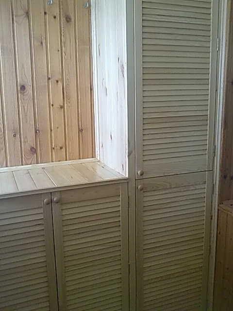 Подобный шкаф можно установить даже по периметру окна, если позволяет место – он не закроет обзора