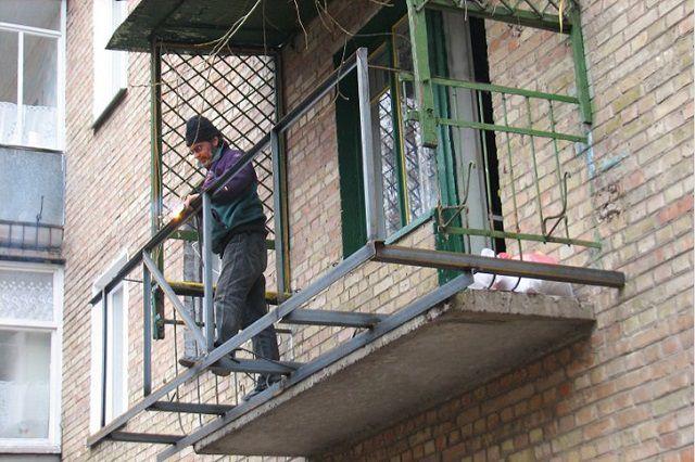 Металлическая каркасная конструкция, расширяющая площадь будущего балкона