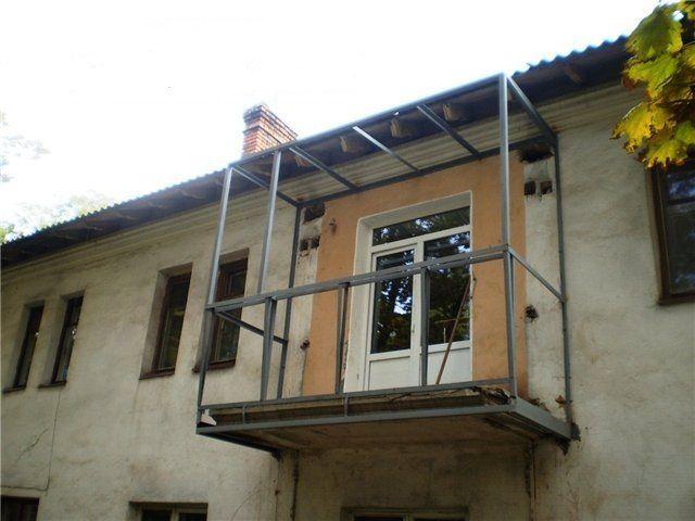 На прошедшем процедуру усиления балконе организуется небольшое расширения за счет выноса по верху ограждения