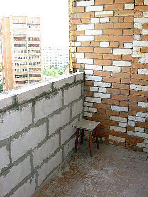 Конструкция лоджии не накладывает серьезных ограничений на возведение капитального парапета из кирпича или газосиликатных блоков