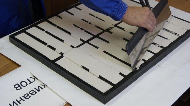 Выравнивание заготовок по верхнему краю форм – снятие излишков раствора