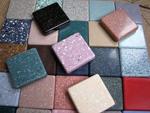 Акриловым «каменным» плиткам часто придаются очень яркие оттенки