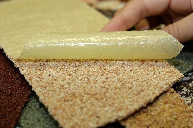 Лицевая поверхность шибкого «камня», прикрытая защитной подложкой