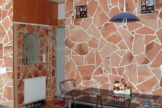 Кухня, отделанная искусственным гибким «камнем»