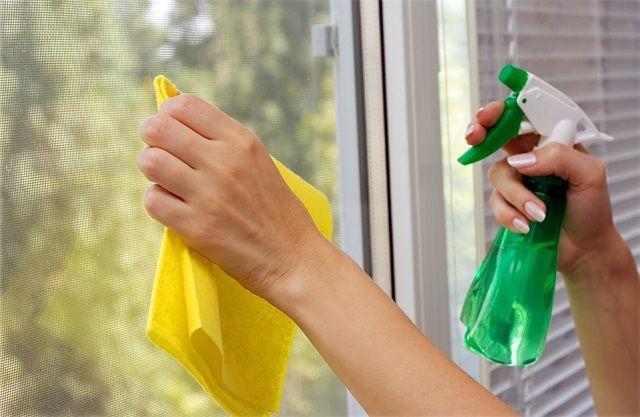 Наклеивание пленки в обязательном порядке предваряется тщательным мытьем стеклянной поверхности