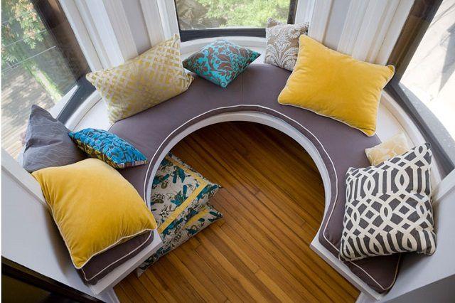 Даже на столь маленьком и необычном по форме балконе можно создать оригинальное полезное пространство