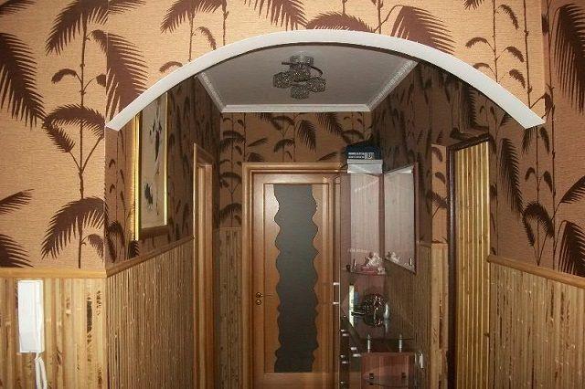 Очень интересный вариант – сочетание бамбуковых панелей и обоев с «тропическим» рисунком