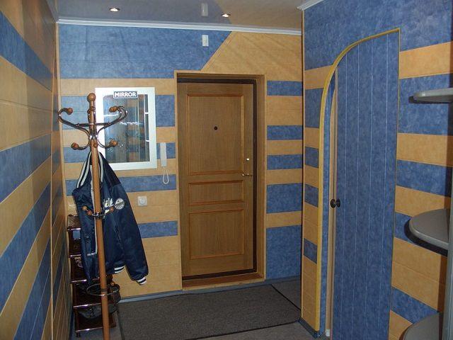 Удачное оформление коридора и прихожей с комбинированием цветов ПВХ-панелей