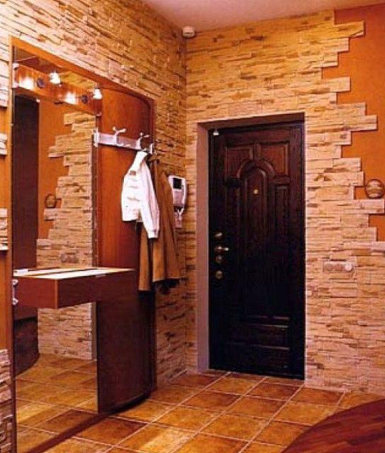 Искусственным камнем отделаны те участки, где наиболее вероятны механические контакты со стеной