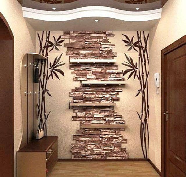 Вставка-панно из искусственного камня подчёркивает стиль оформления этого коридора