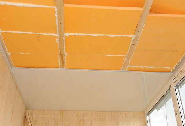 Установка утеплительных плит на потолке между направляющими обрешетки, с последующей отделкой ПВХ-панелями