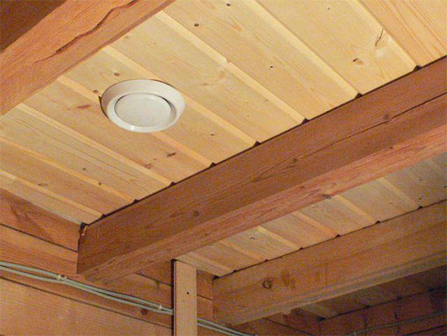 И в деревянных домах может быть принудительная вытяжная вентиляцию в санузлах