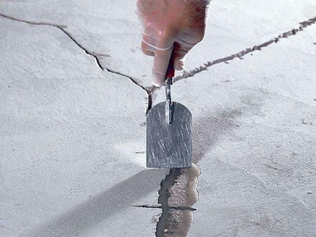 Даже на вполне «приличной» плите могут быть трещины и щели, которые необходимо заделать ремонтными составами