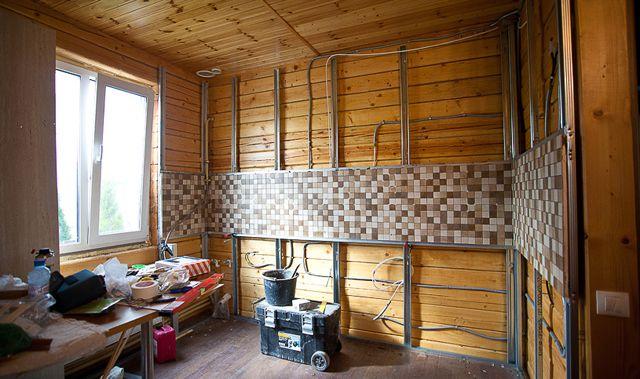 Процесс монтажа кухонного фартука из мозаики в деревянном доме