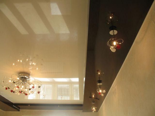 Натяжные потолки между балок реализовать еще легче, чем гипсокартонные