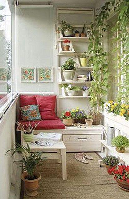Уютный уголок для отдыха в окружении живых комнатных растений