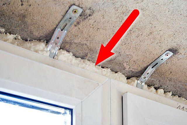 Уязвимое место! Если не проконтролировать полноценную герметизацию этого зазора сразу, то впоследствии для устранения недостатков, возможно, придется разбирать балконный потолок!