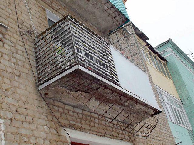 Браться за благоустройство, остекление и утепление подобного изношенного балкона – совершенно бессмысленно. Прежде его необходимо привести в порядок.