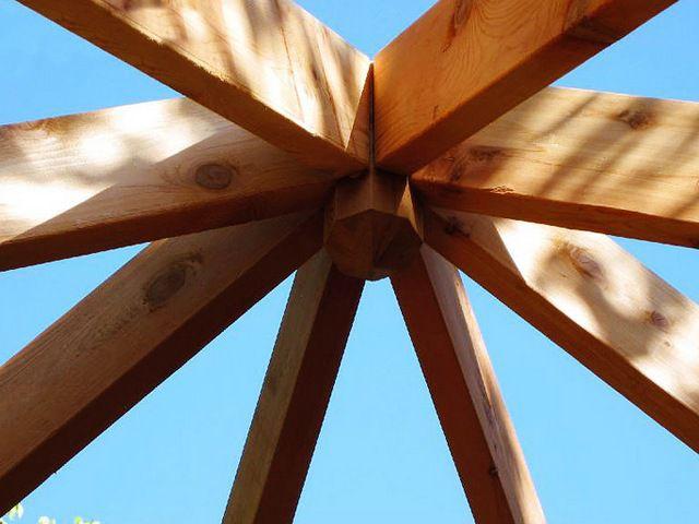 По оси конькового узла размещена вставка, к которой закреплены все стропильные ноги.