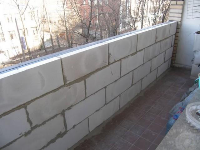 Парапет из газобетонных блоков – это неплохое решение для лоджии, но для балкона – далеко не всегда возможное.