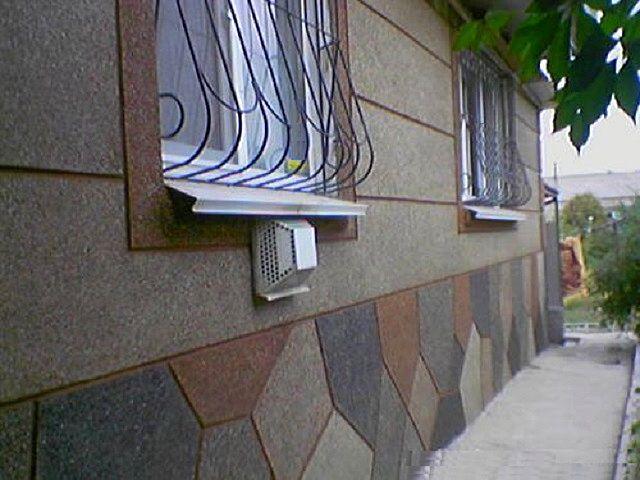Сочетание на фасаде нескольких цементных штукатурок с различными оттенками