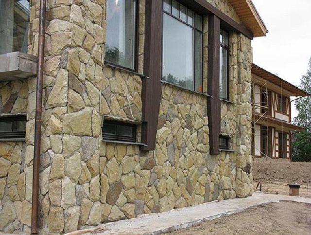 Дорогой, но очень красивый и практичный тип фасадной отделки – натуральный камень