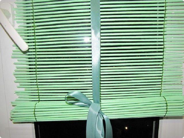 Жалюзи из бумажных трубочек можно регулировать по высоте, например, используя декоративную ленту для их подвязки снизу