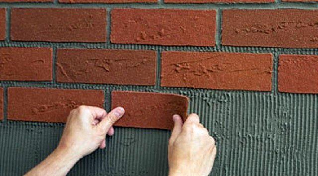 При наклеивании «гибкого кирпича» необходимо контролировать ровность рядов и соблюдения единой толщины шва между соседними плитками