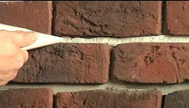 Заполнение швов с использованием самодельного «шприца» из полиэтиленового пакета