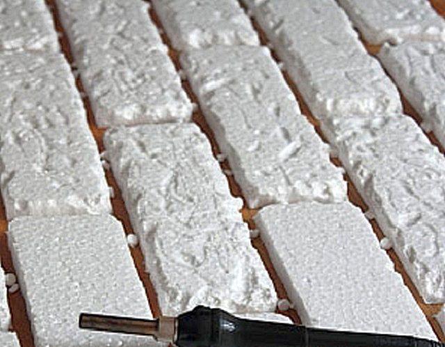 Гладкие плитки не дадут нужного эффекта, поэтому им надо немного «испортить внешность»