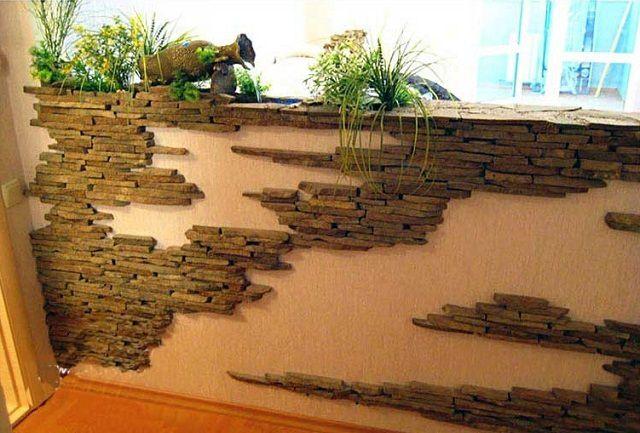 Дикий камень на стене