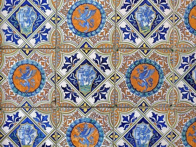 Совершенно эксклюзивное оформление плитки цветной глазурованной эмалью в стиле майолики