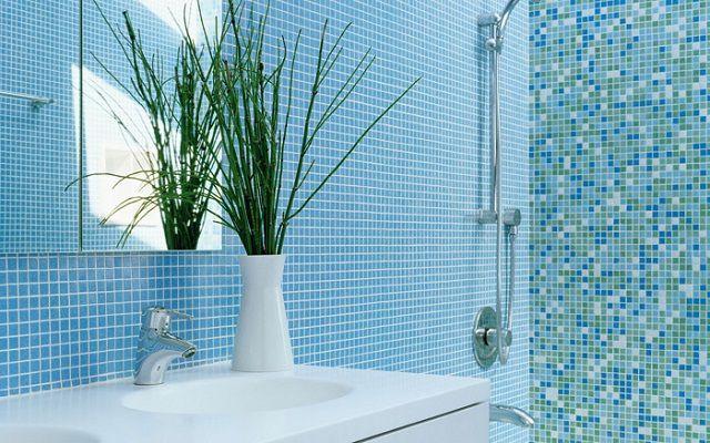 Ванная, отделанная мозаичной керамической плиткой