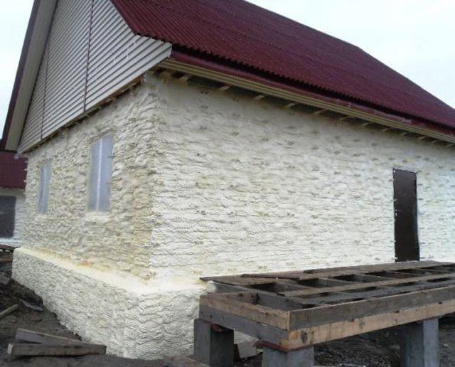 Пенополиуретановое утепление практически полностью изолирует стены дома от воздуха и водяного пара