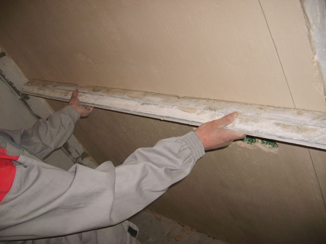 Даже на идеальной с первого взгляда стене строительное правило может найти неровности