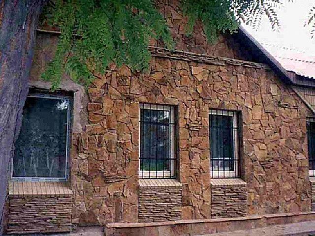 Один из популярных вариантов – облицовка фасада плиточными материалами на натуральной или искусственной основе