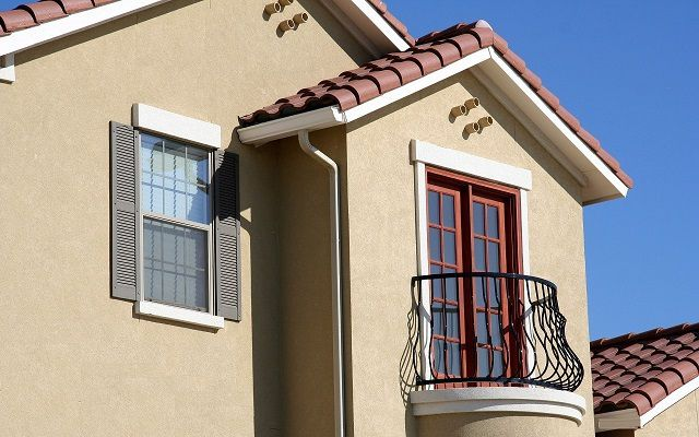 Фасадные обои, при схожести с декоративной штукатуркой, по многим позициям значительно превосходят ее